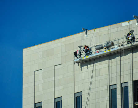 곤돌라에서 유리 외관 작업 창 클리너 스톡 콘텐츠