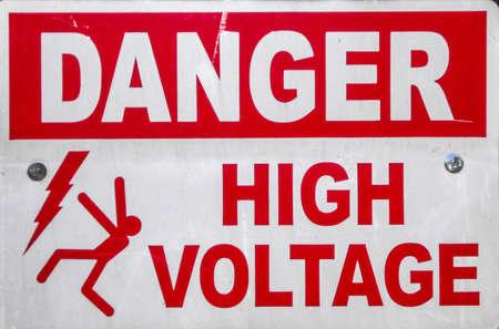 고전압 위험을 알리는 표지판 스톡 콘텐츠