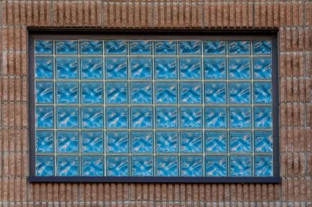 붉은 벽돌 벽의 창