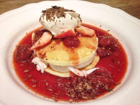 딸기와 크림 치즈로 팬케이크 토핑