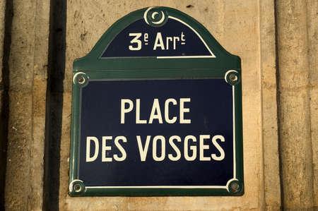 des: Place des Vosges Paris sign street