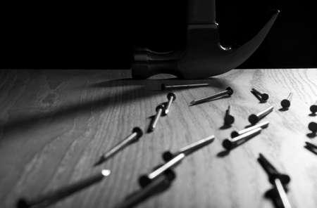 hamer en spijkers in zwart-wit