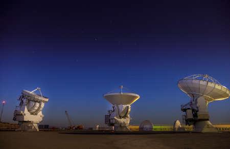 Trois antennes paraboliques testées à la station de base d'ALMA