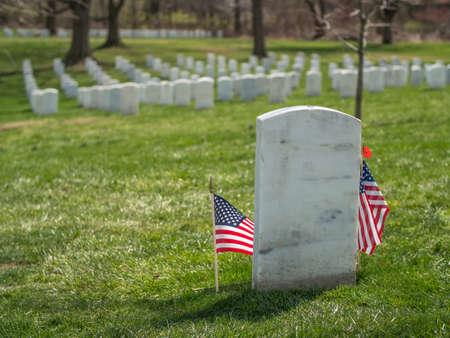 弗吉尼亚州阿灵顿国家公墓,孤独的白色墓碑和美国国旗