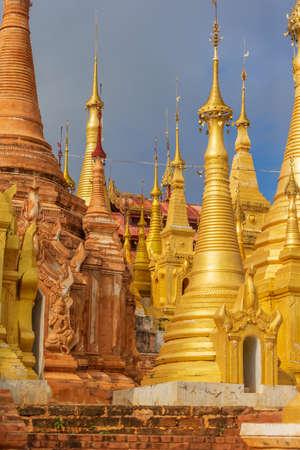 Pagodas en el templo budista Shwe Indein