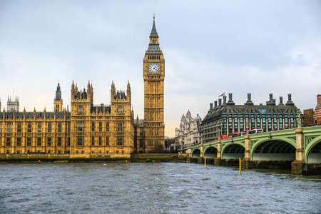 Big Ben y la Casa del Parlamento en el río Támesis