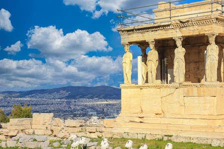 Cariatides à Erechtheum du Parthénon à Athènes Grèce