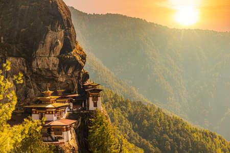 Le lieu le plus sacré du Bhoutan est situé sur la falaise de 3 000 pieds de haut de la vallée de Paro Banque d'images
