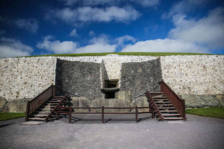 Newgrange entrance with view of the famous Triple Spiral and Diamonds designs. Standard-Bild