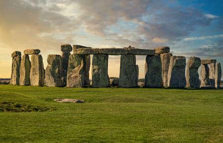 Stonehenge grand panorama au coucher du soleil sans personnes