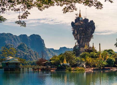 Beautiful Buddhist Kyauk Kalap Pagoda in Hpa-An, Myanmar. Archivio Fotografico