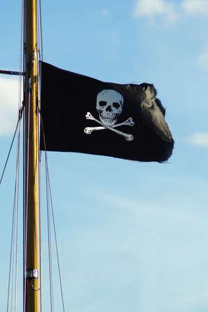 barco pirata: Bandera de barco pirata del cr�neo y tibias cruzadas.  Foto de archivo