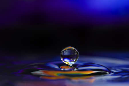 Sculptures de goutte d'eau colorées. Ceci est une goutte d'eau.