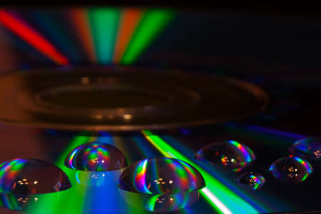 Abstracte muziekachtergrond, kleurrijke waterdalingen op CD  DVD-schijf Stockfoto