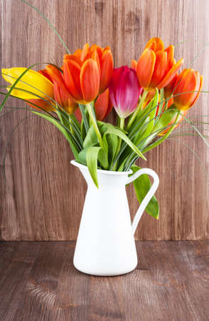 Boeket van kleurrijke tulpen op donkere houten achtergrond