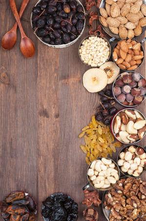 Frame van diverse vruchten en noten op een donkere houten oppervlak