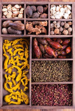Authentieke collectie Chinese kruiden in de houten doos