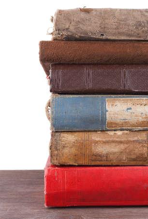 Stapel oude boeken geïsoleerd op wit