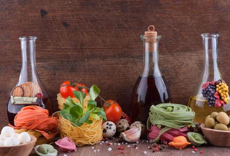 Set van typische Italiaanse gerechten op een houten achtergrond