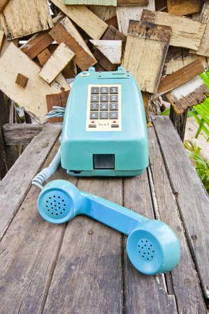 telefono antico: Telefono Blu Vintage su tavola legno vecchio