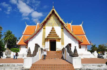 Nan Thaïlande - 1 janvier personnes non identifiées en face du Wat Puminthr célèbre lieu de Nan quartier tandis que le serpent stuc à la rampe a enlevée pour réparation sur Janvier 1, 2010 à Wat Puminthr, Nan, Thaïlande