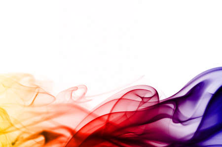 incienso: humo de colores aislados sobre fondo blanco