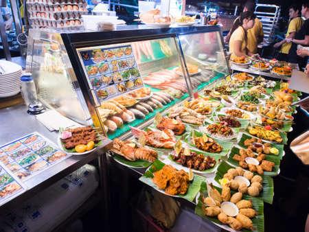 SINGAPORE - 8 maart: Straat voedsel in Singapore. Goedkope eetstalletjes zijn talrijk in de stad, zodat de meeste Singaporezen dineren ten minste eenmaal per dag .. Singapore, March 08,2014 Redactioneel