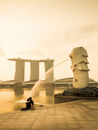 merlion: Lovers sat in front of the Merlion at Marina bay, Singapore