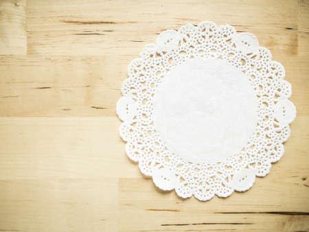 나무 테이블 배경에 레이스 종이 스톡 콘텐츠