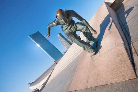 大連, 中国 - 2015 年 1 月 19 日: 星海広場でスケート ボード彫刻。広場は、世界で最大の広場を作る 110 万平方メートルの総面積をカバーしています。
