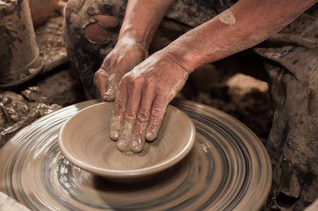 alfarero: Manos artesanas haciendo olla de barro