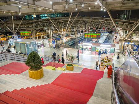 terminus: SE�L, COREA DEL SUR - 25 de febrero 2015: Los pasajeros en el interior de Se�l Plataforma Estaci�n de tren. La estaci�n es el t�rmino para KTX tren de alta velocidad del pa�s, ITX, Mugunghwa.