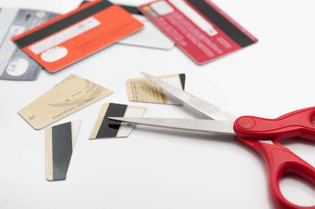 Cuting creditcards met een schaar.