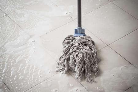 Limpieza de suelos con turba y espuma limpiadora.