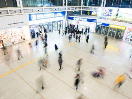 terminus: SE�L, COREA DEL SUR - 25 de febrero 2015: Los pasajeros en el interior de la Estaci�n de Se�l. La estaci�n es el t�rmino para KTX tren de alta velocidad del pa�s. Editorial