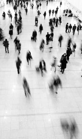cenital: Multitud de los viajeros en el desenfoque de movimiento Editorial