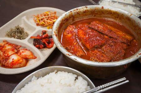 scheide: Koreanisches Essen Galchijorim, Spicy mackerel Eintopf servieren im heißen Topf mit Reis und Kimchi.