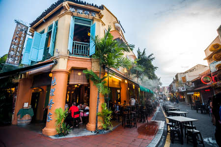 Malacca, Malaysia - November 15, 2014: People enjoy dining in tradition style building restaurant at Jonker street in Malacca. Éditoriale