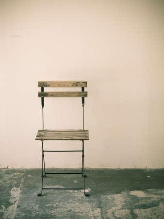 silla de madera: Silla vieja imagen sala de retro procesada.