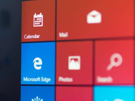 Bangkok, Thailand - 16 augustus 2015; Menuscherm van de nieuwe Windows 10 gericht op Mirosoft Edge icoon. De browser is bundel met een nieuwe versie van Windows. Het starten van 29 juli 2015. Redactioneel