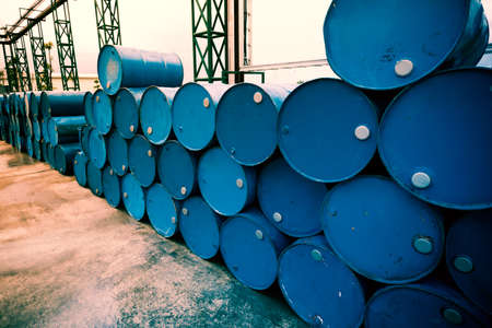 barril de petr�leo: De barriles de petr�leo de la industria qu�mica o tambores apilados. Imagen fillter procesada. Foto de archivo