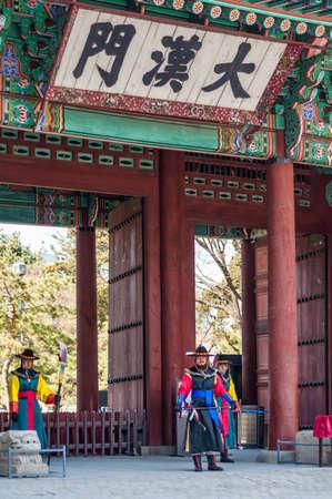 vestidos de epoca: Seúl, Corea del Sur - 27 de febrero 2015: Soldados armados en periodo de guarda de disfraces en la puerta del Palacio Deoksugung.