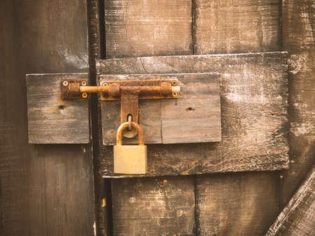 cerrar la puerta: Puerta de madera vieja con la cerradura de la puerta metálica