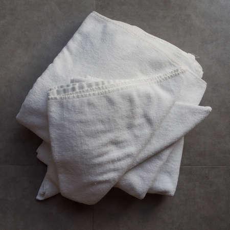 tela algodon: Toallas en el piso de cerámica en el baño.