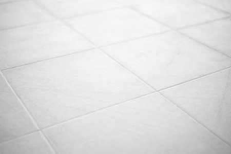 Schone witte vloertegels ondiepe focus.