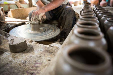 Artisan mains faisant pot d'argile Banque d'images