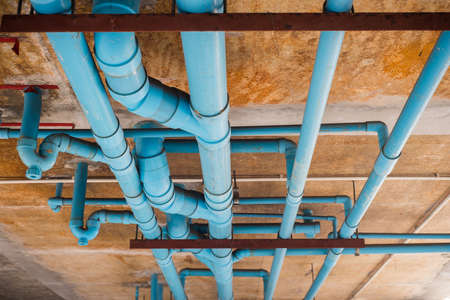 建築中の PVC パイプライン。