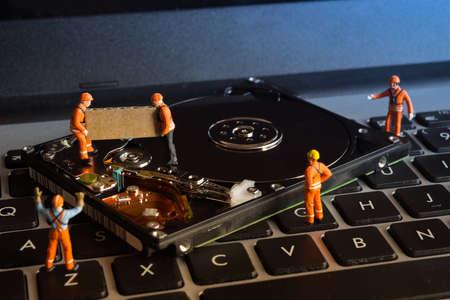 solucion de problemas: Grupo de trabajadores que trabajan en la unidad de discos duros de ordenador, el concepto de gestión de discos Foto de archivo