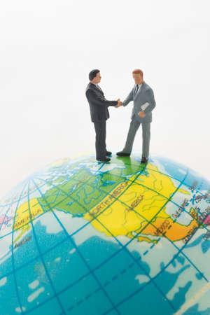 negocios internacionales: El hombre de negocios mano temblorosa sobre el, trato de negocios internacional global. Foto de archivo