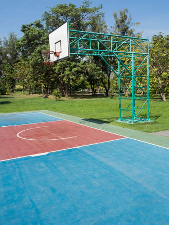 cancha de basquetbol: Aro de baloncesto al aire libre